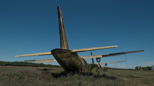 Vista traseira do avião abandonado em Campo de Mayo