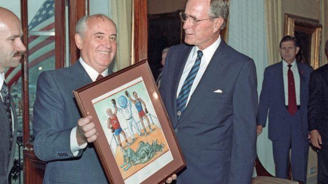 Mijail Gorbachov le entrega a George HW Bush una ilustración del fin de la Guerra Fría.