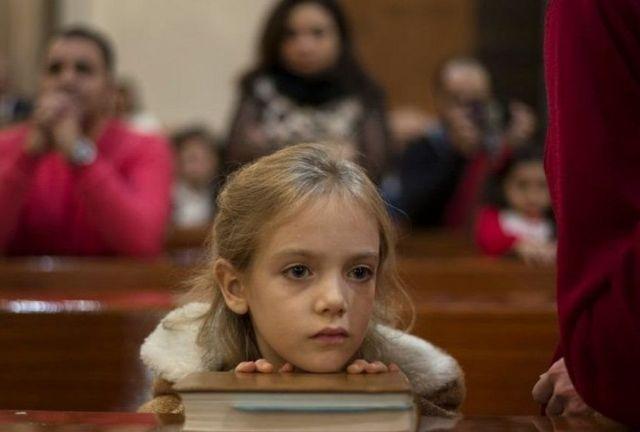 Di Mesir, seorang anak mendengar khotbah pendeta.