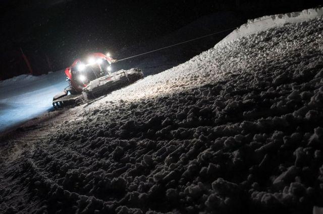 معدة تقوم بتسوية الثلوج.
