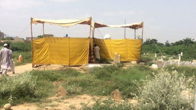 警察が遺体を掘り出した墓地の現場