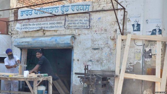 દુકાનની ઉપર ભારત પાકિસ્તાન લખેલું બોર્ડ