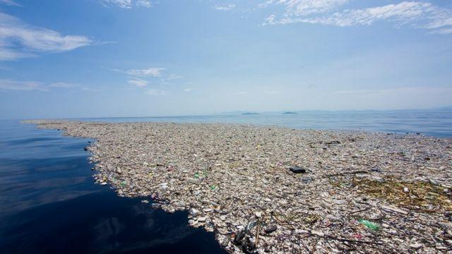 Ilha de lixo no mar do Caribe
