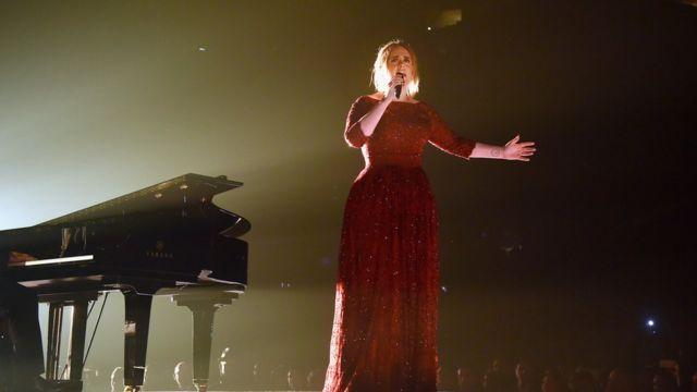 授賞式で歌うアデル