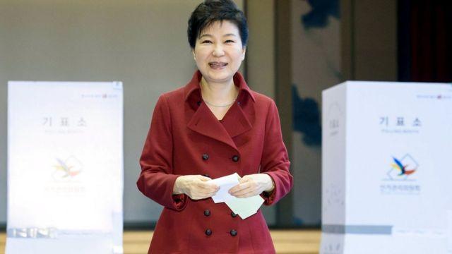 総選挙で投票する朴大統領(13日)