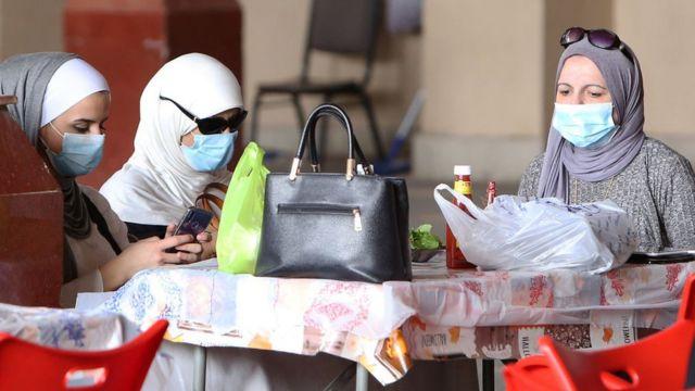 سيدات كويتيات في سوق المباركية في الكويت