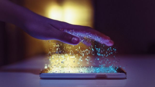 Рука над экраном