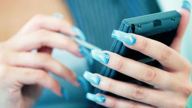 Mano con uñas acrílicas