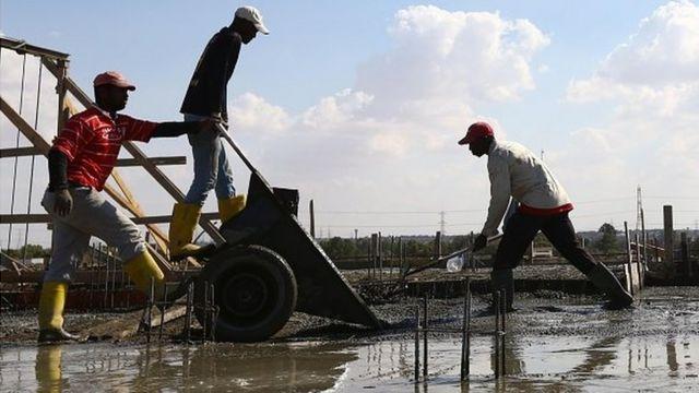 Des maçons au travail (photo d'archives)