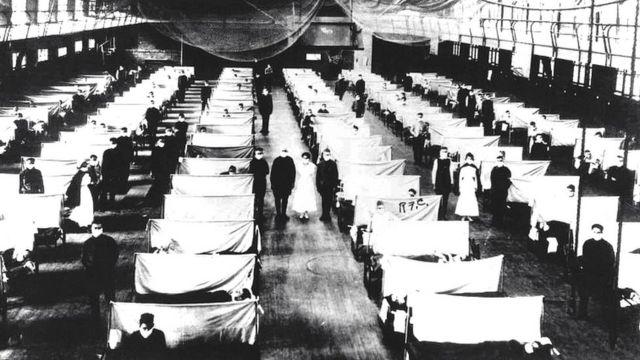 Pacientes em camas durante a gripe espanhola