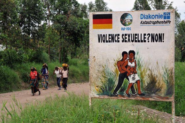 Una señal en advierte sobre la violencia sexual hacia las mujeres congolesas. La imagen es del 2008 y fue tomada en Nyamilima, en Kivu del Norte, en el este del país.