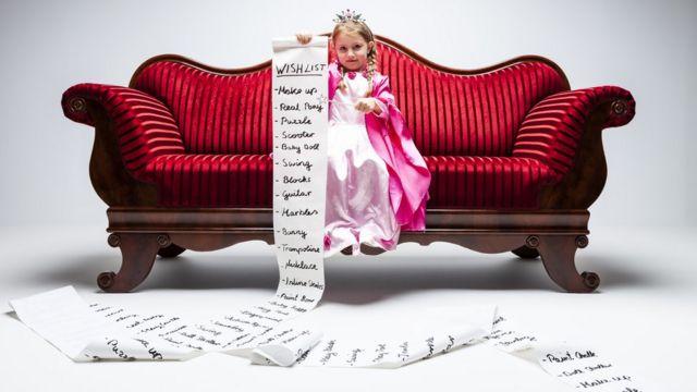 Menina com lista de desejos