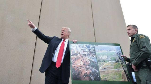 Donald Trump con prototipos del muro