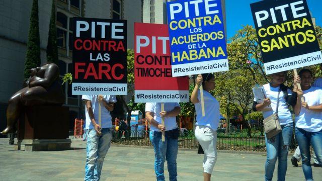 Protesta contra Santos, el proceso de paz y las FARC en Medellín.