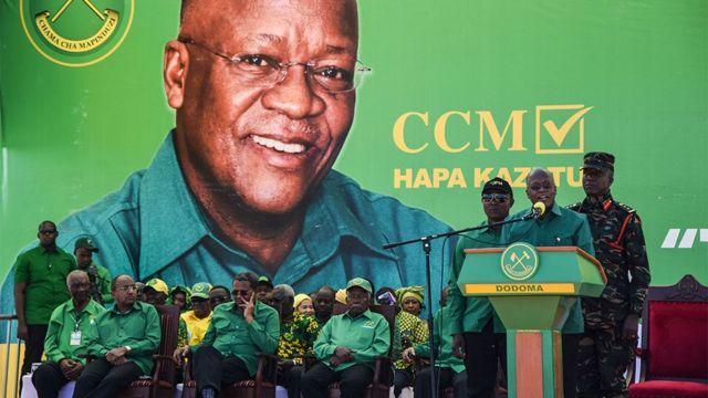 John Magufuli (2e R) prend la parole lors du lancement officiel de la campagne de son parti pour les élections générales d'octobre au stade Jamhuri à Dodoma, en Tanzanie, le 29 août 2020