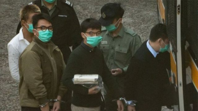 Ivan Lam y Joshua Wong esposados
