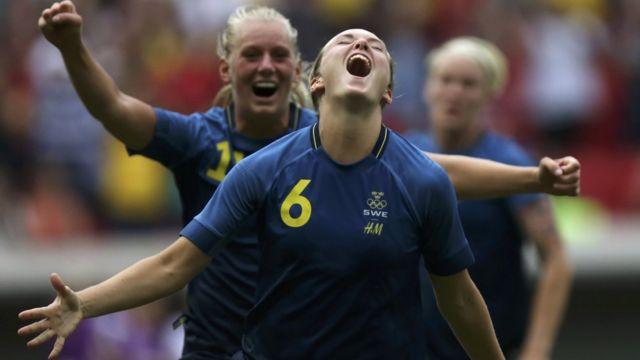 Jugadores suecas celebran
