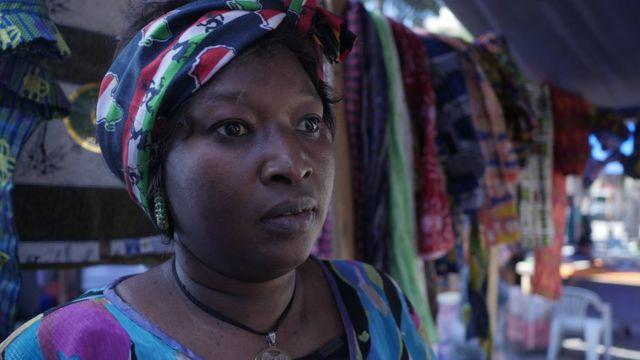 Amina Ngom em um dos lugares onde vende seus produtos