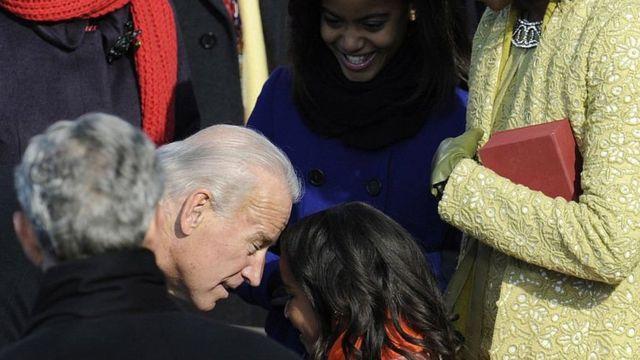 Joe Biden na magana da Sasha Obama