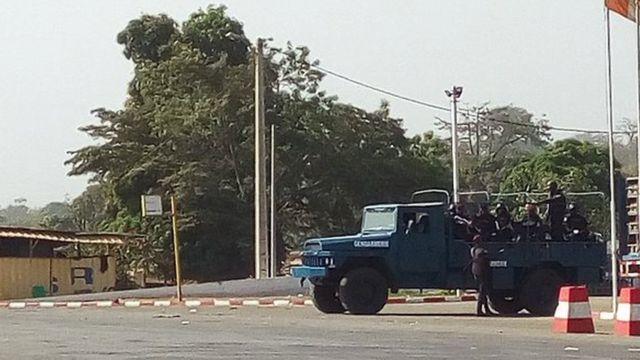 Plutôt dans la journée, plusieurs incidents ont opposé militaires et manifestants qui protestaient contre les agissements des soldats mutins