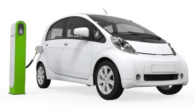 Auto eléctrico en un punto de carga