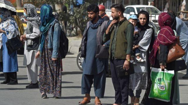 Afegãos em Cabul no domingo