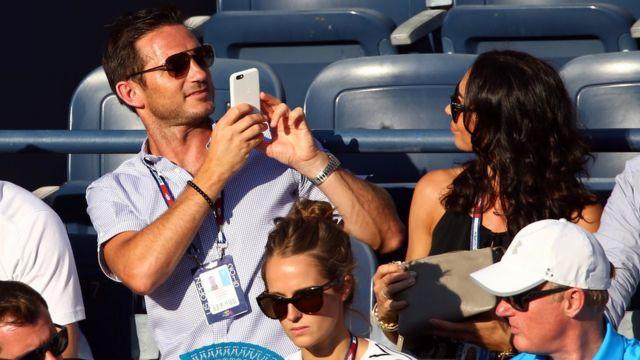 Lampard le toma una foto a su novia en un partido del Abierto de Estados Unidos de tenis.