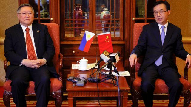 菲律宾财政部长多明格斯(左)与中国商务部长高虎城(右)
