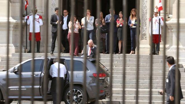 Kuczynski abandonó el Palacio de Gobierno entre aplausos de sus ministros y asistentes.
