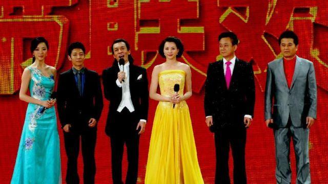 李詠(左三)主持過數屆中國央視春晚