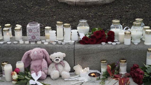 Velas y objetos en recuerdo de las víctimas del ataque.