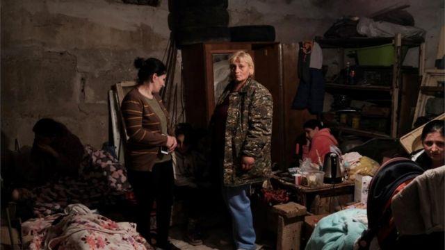 لجأ السكان ، بمن فيهم الأطفال ، إلى الملاجئ في العاصمة سانت بطرسبرغ