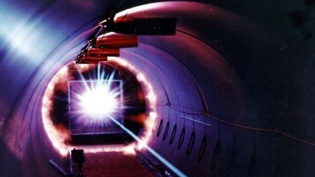 美国国家航空航天局在实验室以最高1700英里/小时的速度射出碎片,对试验板进行测试(图片来源: Nasa)