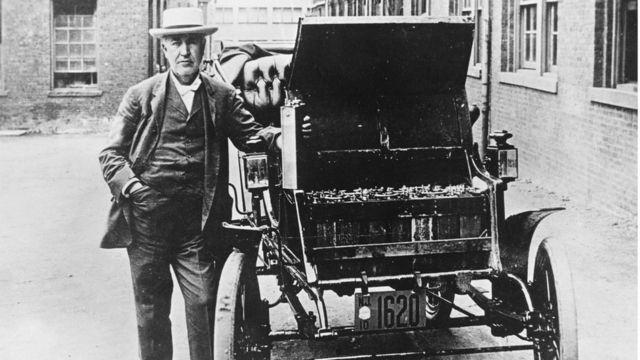 Edison posa com carro elétrico em 1895