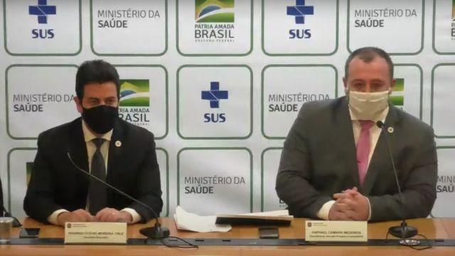 O secretário de Atenção Primária à Saúde do Ministério da Saúde, Raphael Câmara (à esquerda), recomendou adiar a gestação por conta a covid-19