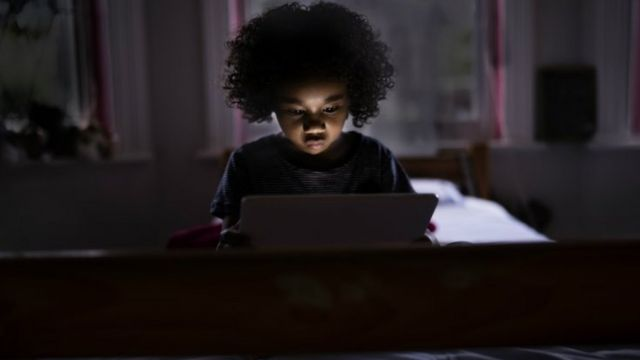 Impactos dos eletrônicos no sono já são bem conhecidos, mas pais relataram também efeitos colaterais como dor nas costas e no pescoço, fadiga e irritabilidade