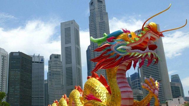 Dragón chino frente a unos rascacielos.