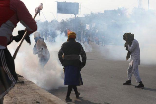 Policía utilizando gases lacrimógenos contra campesinos en Idia