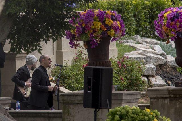 Brad Delson dan Chester Bennington tampil di pemakaman pentolan Soundgarden Chris Cornell di Hollywood Forever Cemetery pada 26 Mei 2017 di Hollywood, California.