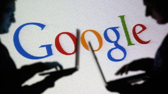 Logotipo de Google y sombras de dos hombres