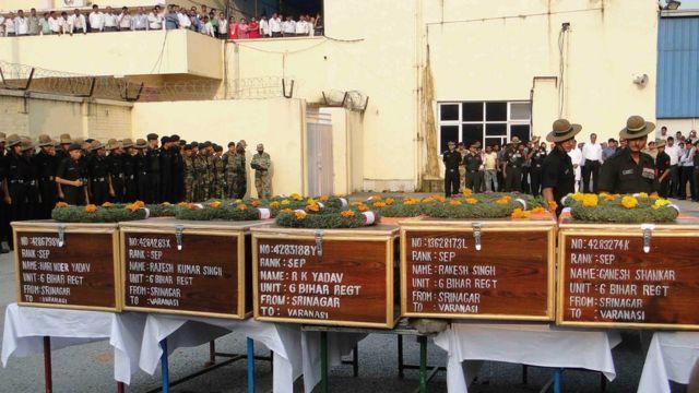 उड़ी में सेना के कैंप पर हुए हमले में मारे गए सैनिकों के शव.
