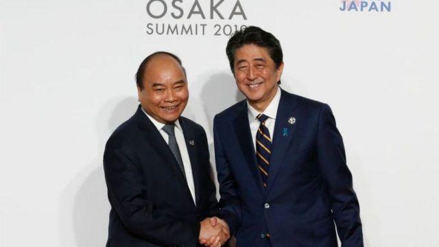 Thủ tướng Phúc và Thủ tướng Abe tại Hội nghị G20 vào năm 2019