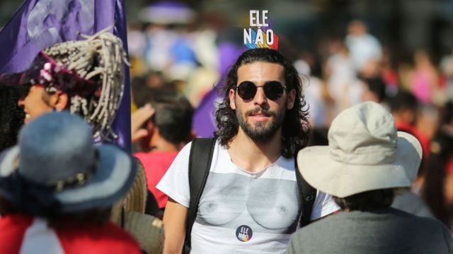 """Hombre manifestantes de """"#EleNão""""."""