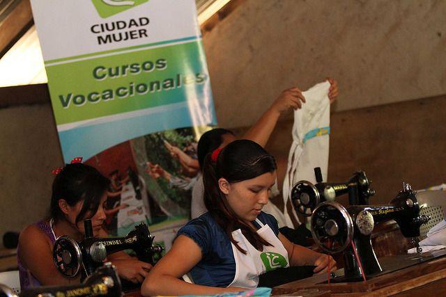 Una joven toma un curso de costura impartido por Ciudad Mujer.