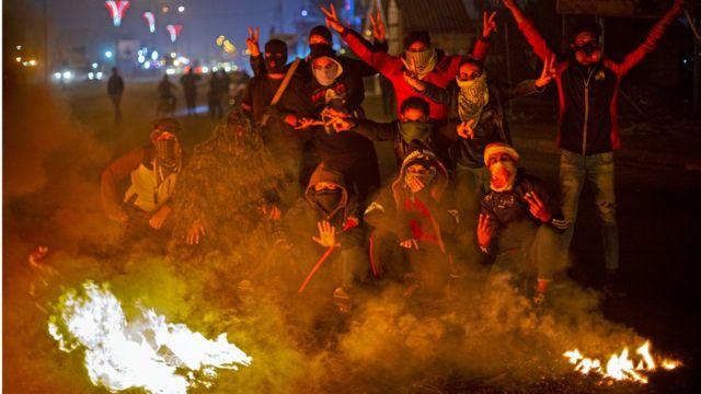 المحتجون سدوا الطرق بإطارات السيارات المشتعلة