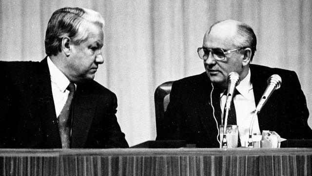 Борис Ельцин (справа) и Михаил Горбачев (слева)