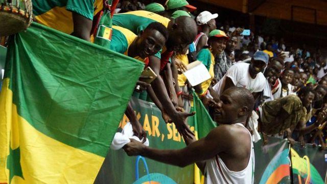 Gorgui Sy Dieng, avec les supporters lors du match contre le Mozambique à Dakar