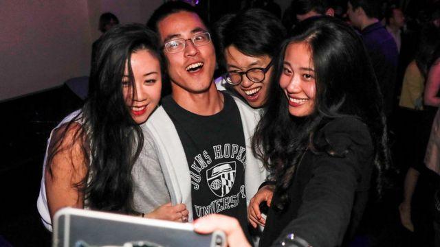 jóvenes chinos tomando un selfie