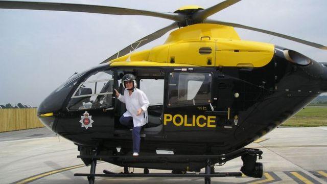 Wiltshire na escada de helicóptero estacionado
