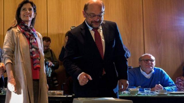 مارتن شولتز، زعيم الحزب الديمقراطي الاشتراكي أبرز خصم لحزب ميركل وهو يدلي بصوته